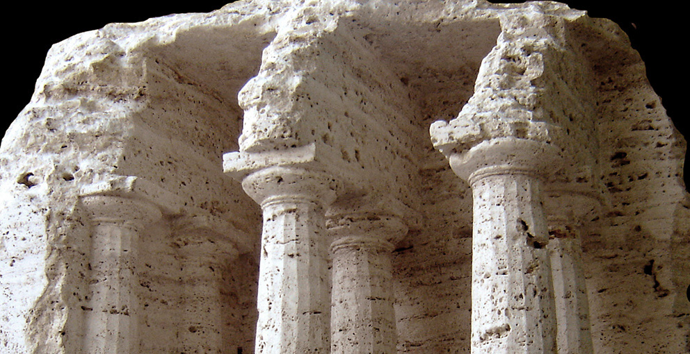 space_with_doric_columns